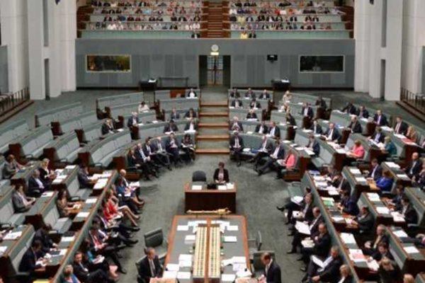 سيدة تلقي بقايا منزلها المدمر بسبب حرائق الغابات أمام برلمان أستراليا