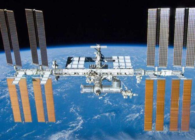 «تاكسي الفضاء» يعود قريبًا والأجرة بالملايين.. من هم الـ7 سيّاح الأوائل بالتجربة؟