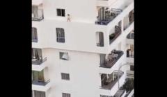فيديو مخيف.. طفل يسير على حافة بناية شاهقة في إسبانيا