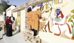طالبات «الخارجة» يحولن جدران المدينة إلى لوحات