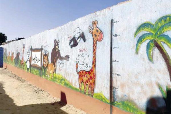 ممر تعليمى للأطفال بطول 3 شوارع على جدران قرية بالأقصر