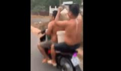 فيتناميان يأخذان «دُش» على متن دراجة نارية في الشارع (فيديو)