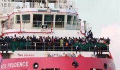 سفينتا إنقاذ تحملان 484 مهاجرًا تنتظران السماح لهما بالرسو في إيطاليا أو مالطا