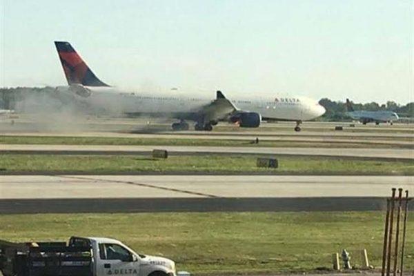 ركاب روس يغادرون طائرة بعد اشتعال النيران في محركها
