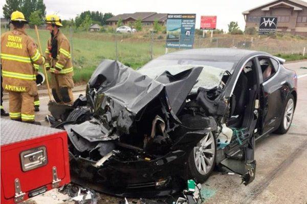 هل تواجه تيسلا أزمة بعد تعرض أكثر من 100 سيارة لحوادث بنفس العطل؟