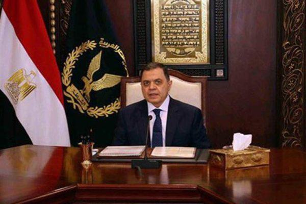 وزير الداخلية يقدم للرئيس السيسي هدية تذكارية في حفل عيد الشرطة