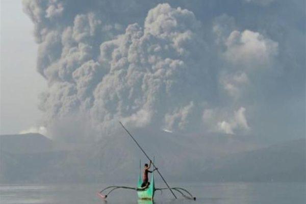 الفلبين تخفض التأهب من بركان تال مع تلاشي حالات الثوران