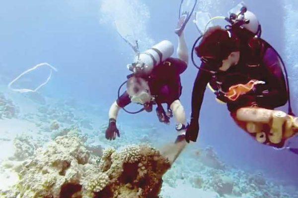ملك الأردن وولي عهده ينظفان خليج العقبة رافعين شعار «يد في يد»