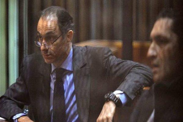"""الحكم على علاء وجمال مبارك و7 آخرين في """"التلاعب بالبورصة"""""""