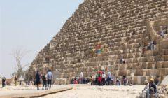"""فيديو  شباب يمارسون """"الباركور"""" على مباني أثرية بالأهرامات.. ومصادر تكشف الملابسات"""