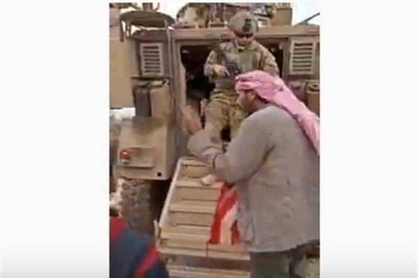 سوري يُنزل علم أمريكا من على آلية في القامشلي (فيديو)