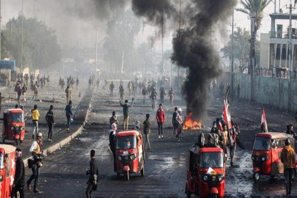 ناشطون عراقيون: قوة بزي مدني تقتحم ساحة الخلاني وتحرق خيام المعتصمين وسط بغداد