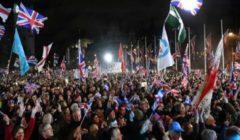"""بريطانيون يحتفلون بـ""""بريكسيت"""" على وقع التصفيق والنشيد الوطني"""