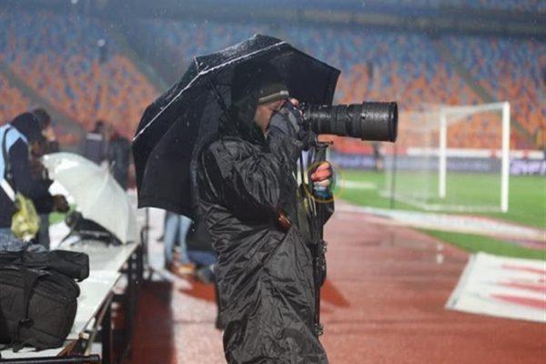 قصة مصورة| عيون تحت الأمطار.. القمة غابت وحضر المصورون بعدساتهم