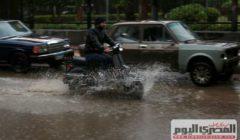 مبادرة شبابية.. يتطوعون لإنقاذ السيارات العالقة تحت الأمطار