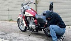 نفذا 10 عمليات.. إحالة متهمين بسرقة دراجات بخارية إلى محكمة الجنح