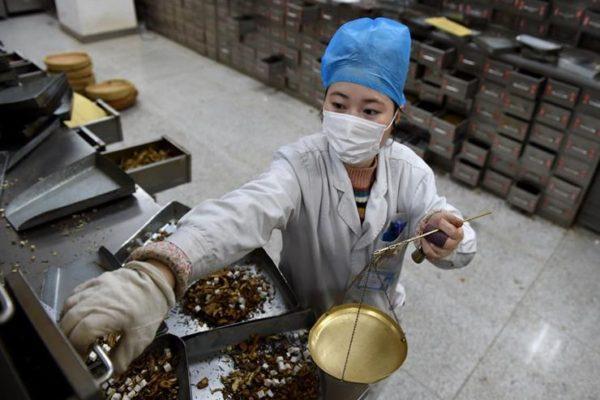 """مسؤول صيني: عشرات الآلاف تعافوا من """"كورونا"""" بفضل الطب الصيني التقليدي"""