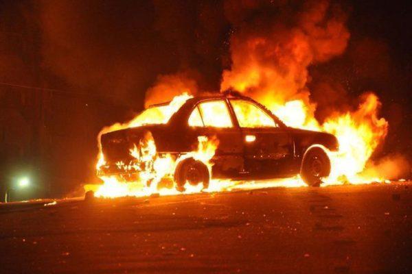 سرعة تصرف منعت كارثة.. حريق سيارة ملاكي أمام محطة وقود بالمقطم