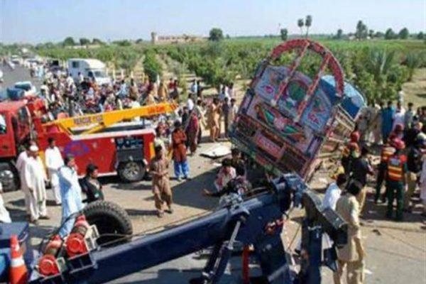 مقتل ما لايقل عن 21 شخصا في حادث سير في باكستان
