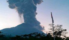 """الرماد والدخان ارتفع 6 آلاف متر.. لحظة انفجار بركان """"ميرابي"""" في إندونيسيا   فيديو"""