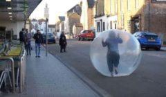 بريطانية تعزل نفسها داخل كرة بلاستيكية خوفاً من كورونا| فيديو وصور