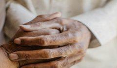 زوجان أمريكيان عاشا معا نصف قرن وتوفيا يدا بيد بفارق 6 دقائق بسبب كورونا