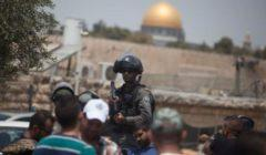 فلسطيني يتحدى قرارت كورونا ويكسر أقفال مسجد ويفتحه للمصلين | فيديو