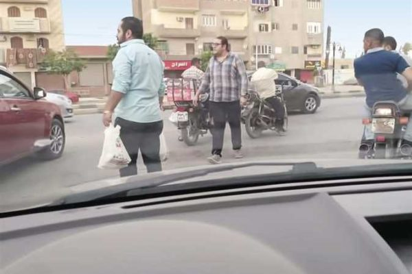 «مرقص» وصديقاه يقدمون الإفطار على الطريق للصائمين