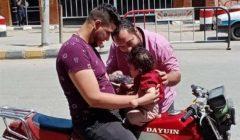 ٤ شباب من الأقباط يشاركون في تهنئة المسلمين بعيد الفطر ببني سويف بالورود ولعب الأطفال (صور)