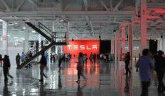 تيسلا تتحدى القوانين وتستأنف العمل بمصنعها في الولايات المتحدة