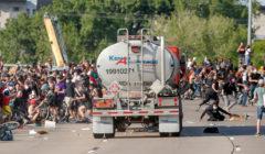 فيديو يوثق الرعب.. شاحنة تحاول شق طريقها بين آلاف المتظاهرين في مينيابوليس