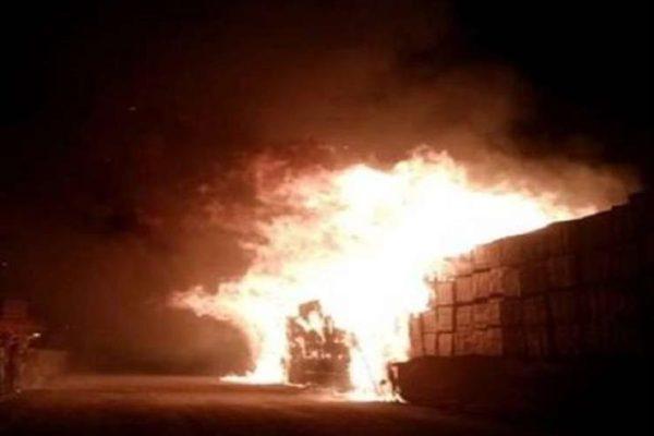 """""""الإطفاء الكويتية"""": احتراق 3 آلاف سيارة جديدة في حريق ضخم بمخزن بميناء عبدالله"""