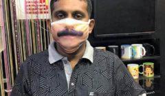 في ظل كورنا.. هندي يبتكر كمامات لا تخفي ملامح الوجه | صور