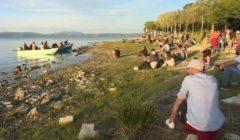 بعد العزل الطويل.. عازفو الزوارق يمتعون الزوار على ضفاف بحيرة في إيطاليا