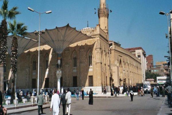 بدء أعمال التعقيم في مسجد الإمام الحسين تمهيدًا لقرار إعادة الفتح
