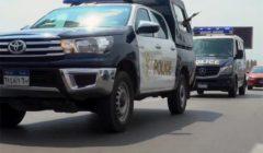 أمن القاهرة: ضبط صاحب محل بحوزته سلاح ناري وزجاجات كحول داخل سيارة
