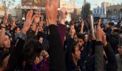 تظاهرات في إيران تطالب برحيل النظام.. والشرطة تستخدم قنابل الغاز لتفريق المحتجين