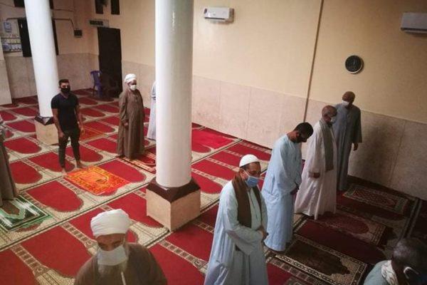 إعادة فتح المساجد يرفع الطلب على سجاد الصلاة ومصليات الجيب