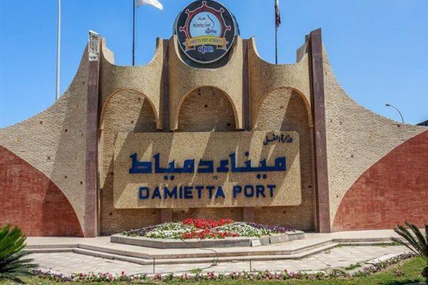 ميناء دمياط: نقل 1800 طن قمح إلى صوامع إمبابة عبر نهر النيل