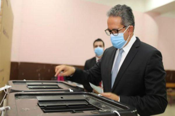 وزير السياحة والآثار يدلي بصوته في انتخابات مجلس الشيوخ