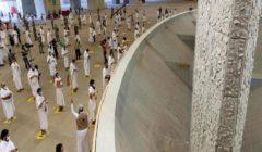 حجاج بيت الله الحرام يشرعون في رمي الجمرات بأول أيام التشريق