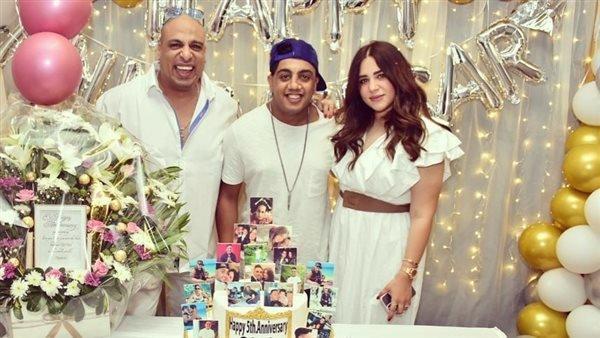 «الفرح فرحنا».. أوس أوس يحتفل بعيد زفافه بحضور زوجته (صور)